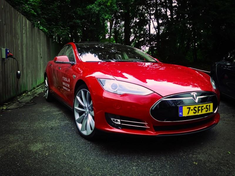 Tesla Model S - Red